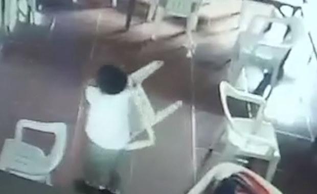 Zaspany chłopiec pomylił plecak z... krzesłem. Założył je na plecy