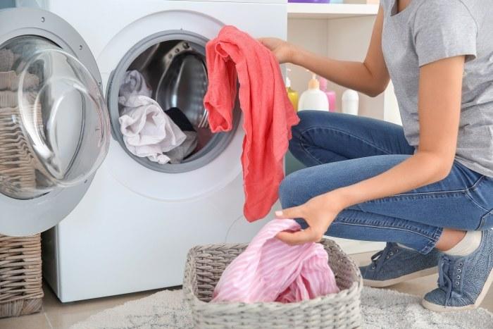 Zastanawiając się nad ładownością pralki, warto pamiętać także o możliwości wyprania dużych koców lub kołder, które często ważą naprawdę dużo /Shutterstock