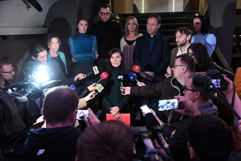 Zastępca dyrektora do spraw organizacyjno-literackich Teatru Bagatela Renata Derejczyk oraz przedstawiciele zespołu aktorskiego teatru podczas konferencji prasowej /Jacek Bednarczyk   /PAP