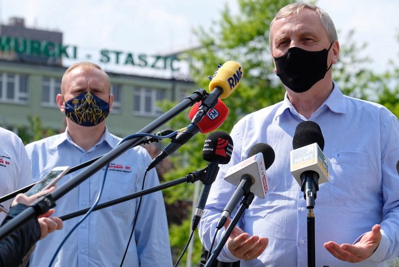 Zastępca dyrektora ds. klinicznych i naukowych Centralnego Szpitala Klinicznego MSWiA w Warszawie Zbigniew Król (P) podczas briefingu prasowego, 17 bm. w Katowicach, na temat inicjatywy oddawania osocza przez górników, którzy wyzdrowieli po zarażeniu koronawiruse