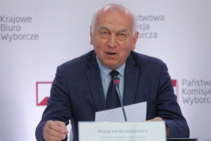 Zastępca przewodniczącego PKW Wiesław Kozielewicz podczas pierwszej konferencji PKW /Paweł Supernak /PAP