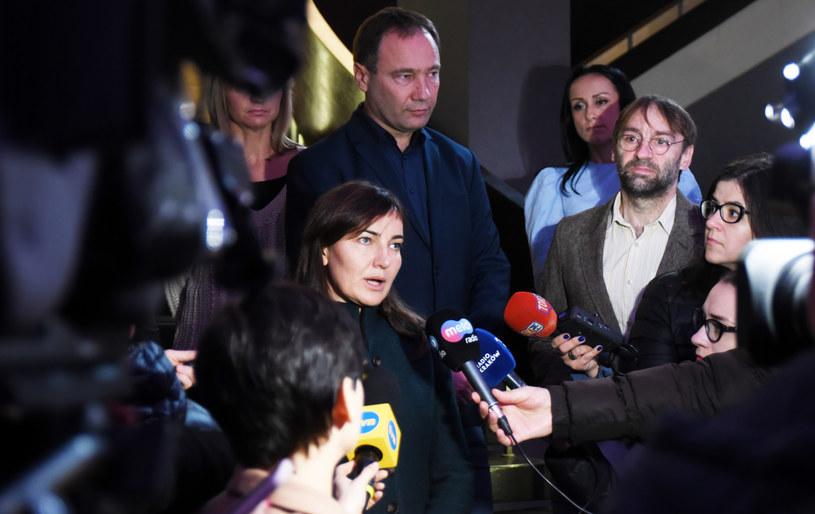 Zastępczyni dyrektora Teatru Bagatela Renata Derejczyk w rozmowie z dziennikarzami /Marek Lasyk/REPORTER  /East News