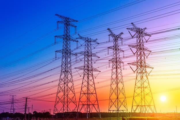 Zastępowanie nieizolowanych linii napowietrznych sieciami wkopanymi w głąb ziemi jest kosztowne /©123RF/PICSEL