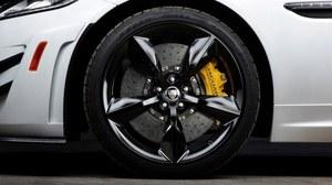 Zastosowanie karbonowo-ceramicznych hamulców pozwoliło na zaoszczędzenie 21 kg. Ograniczenie masy nieresorowanej pozytywnie wpływa na zwinność i komfort jazdy. /Jaguar