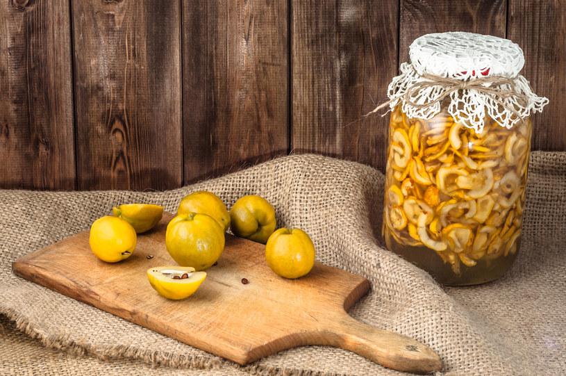 Zasyp pokrojone owoce pigwy cukrem, a po kilku dniach zlejesz pełen witamin sok - idealny do herbaty /123RF/PICSEL