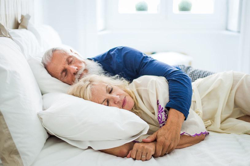 Zasypianie z partnerem wiąże się z wydłużeniem fazy REM odpowiedzialnej za najbardziej dogłębną regenerację organizmu. /123RF/PICSEL