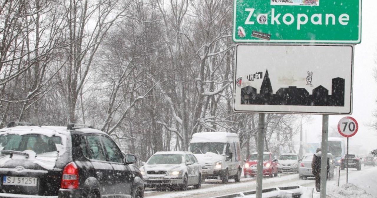 Zatłoczona i zaśnieżona zakopianka
