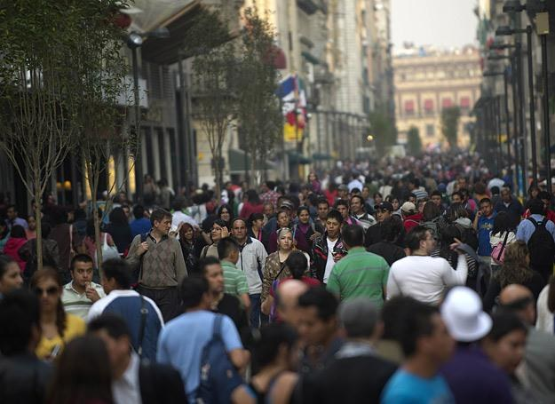 Zatłoczona ulica w mieście Meksyk - jednym z najgęściej zaludnionych miast świata /AFP