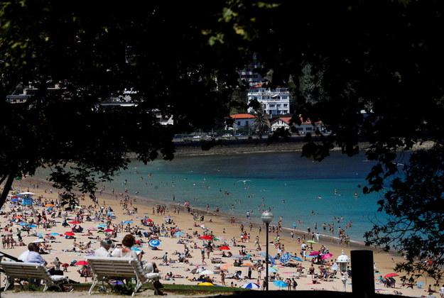 Zatłoczone hiszpańskie plaże /JAVIER ETXEZARRETA /PAP/EPA