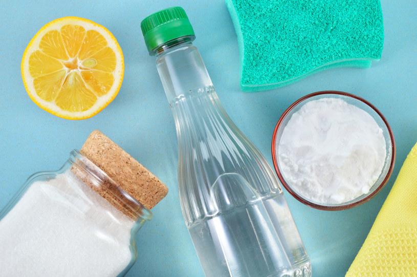 Zatłuszczone powierzchnie posyp odrobiną soli i skrop sokiem z cytryny /123RF/PICSEL