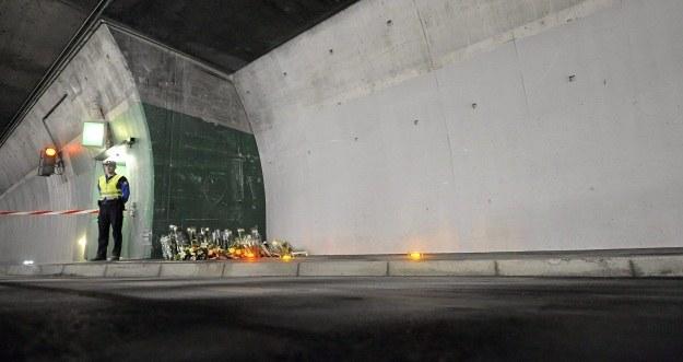 Zatoka ratunkowa w tunelu, w którą uderzył autobus /PAP/EPA