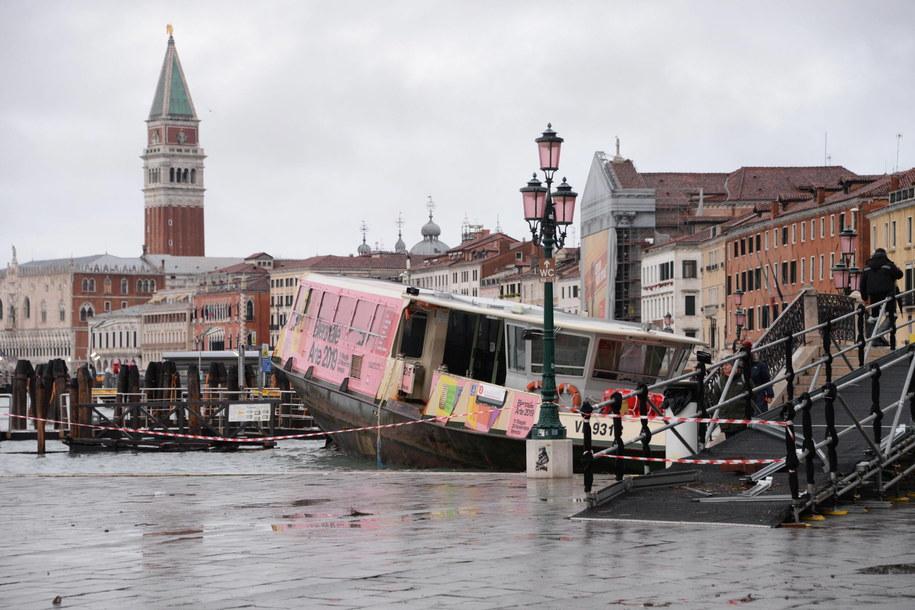 Zatonęły trzy zacumowane na nabrzeżu tramwaje wodne, z lin zerwało się kilka gondoli /ANDREA MEROLA /PAP/EPA