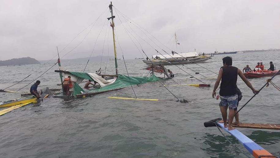 Zatonięcie promów na Filipinach /PHILIPPINE RED CROSS / HANDOUT /PAP/EPA