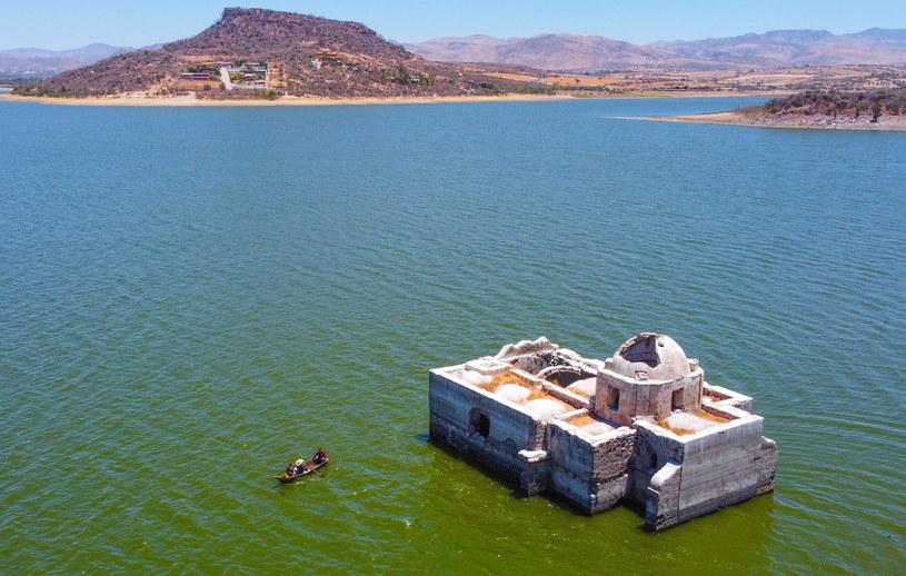 Zatopiona świątynia znalazła się nad powierzchnią wody po ponad 40 latach /Luis Ramirez /PAP/EPA