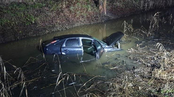 Zatopione auto zostało wyciągnięte przez straż pożarną /Polsat News