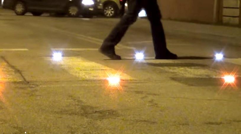 Zatopione w asfalcie światełka zapalają się, gdy na przejściu jest pieszy /