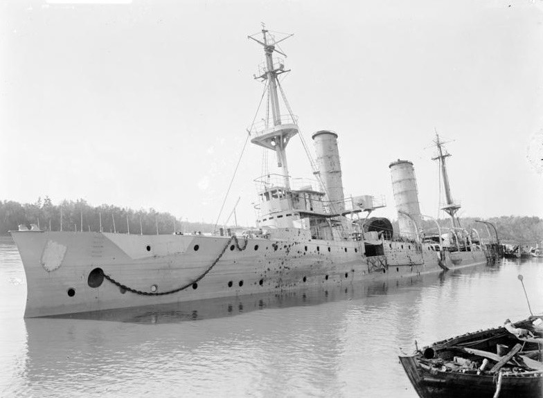 """Zatopiony lekki krążownik """"Königsberg"""" po bitwie na Rufidżi /Bundesarchiv /INTERIA.PL/materiały prasowe"""