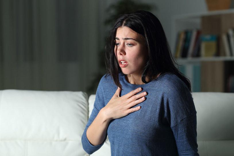 Zatrucie chlorem wywołuje duszności i obrzęk płuc /123RF/PICSEL