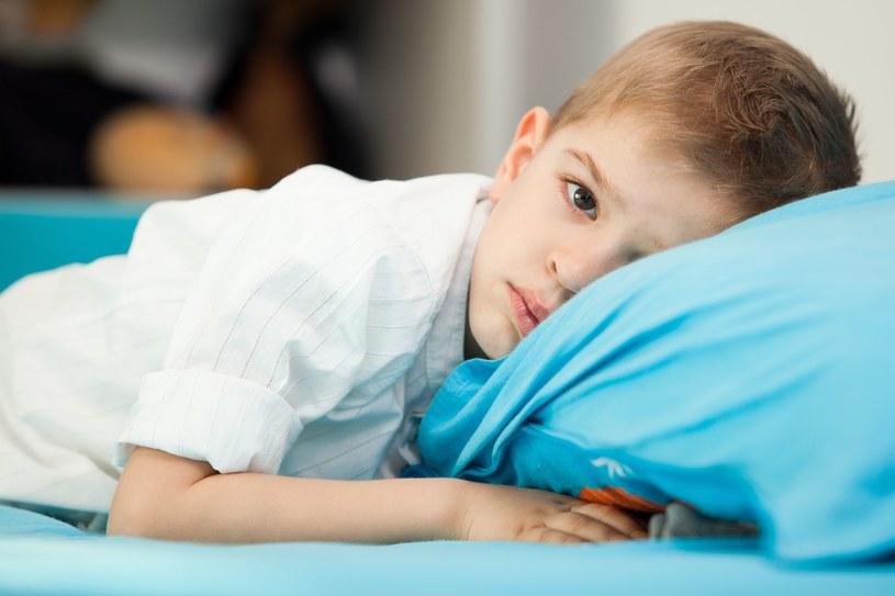 Zatrucie pojawia się w ciągu 6-72 godzin po jedzeniu. Dziecko ma silne skurcze brzucha, biegunkę, gorączkę /123RF/PICSEL