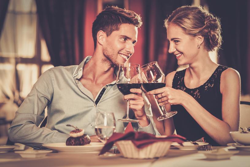 Zatrucie pokarmowe może zepsuć romantyczną randkę /123RF/PICSEL