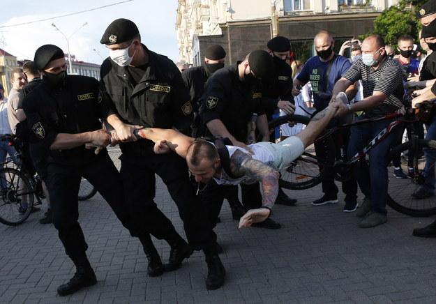 Zatrzymania podczas protestów w Mińsku /TATYANA ZENKOVICH  /PAP/EPA