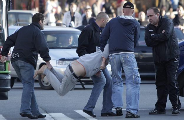 Zatrzymania protestujących na placu przy dworcu kolejowym /PAP/EPA