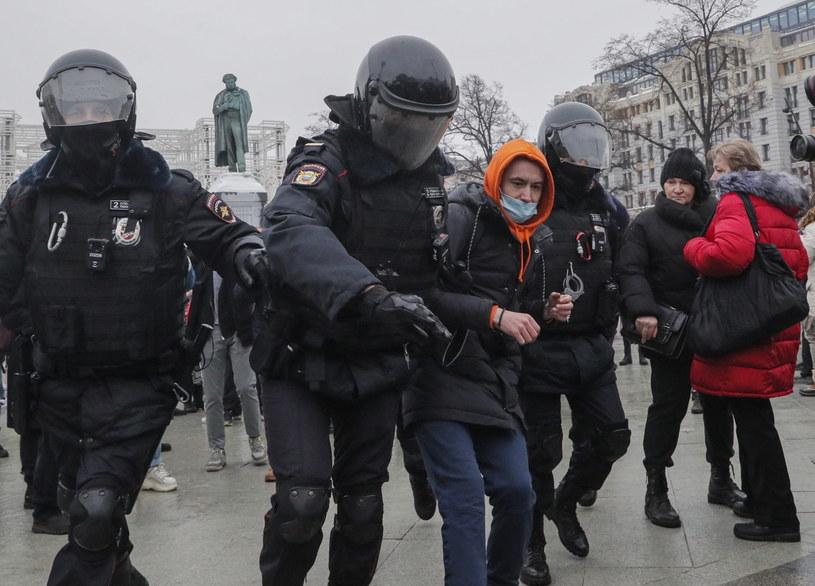 Zatrzymania protestujących w obronie Aleksieja Nawalnego. /MAXIM SHIPENKOV    /PAP/EPA