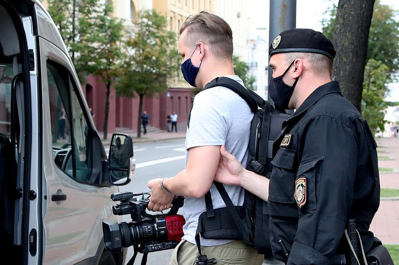 Zatrzymanie dziennikarzy przed siedzibą KGB w Mińsku /Natalia Fedosenko/TASS /Getty Images
