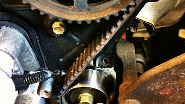 Zatrzymanie rolki paska rozrządu czy pompy wody błyskawicznie prowadzi do zniszczenia silnika. /Motor