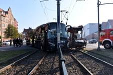 0009931EW4RLOM2H-C307 Zatrzymano kierowcę autokaru, który wjechał pod tramwaj