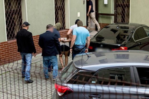 Zatrzymany mężczyzna doprowadzany na przesłuchanie w prokuraturze w Świdnic / Maciej Kulczyński    /PAP