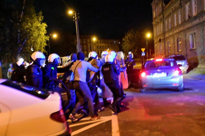 Zatrzymany mężczyzna wyprowadzany po przesłuchaniu w prokuraturze w Świdnicy / Maciej Kulczyński    /PAP
