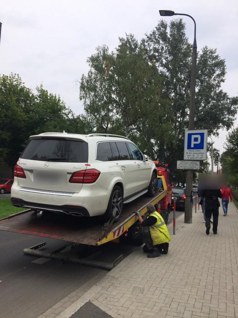 Zatrzymany samochód, w którym przewożono papierosy bez akcyzy; źródło: malopolska.policja.gov.pl /