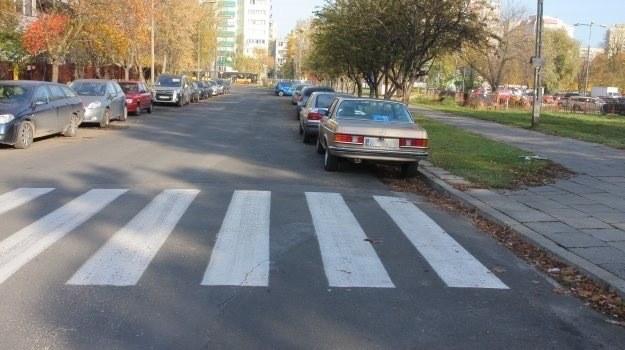 Zatrzymywanie pojazdu w odległości mniejszej niż 10 m przed i za przejściem dla pieszych zabronione jest w przypadku drogi dwukierunkowej o dwóch pasach ruchu. /Motor