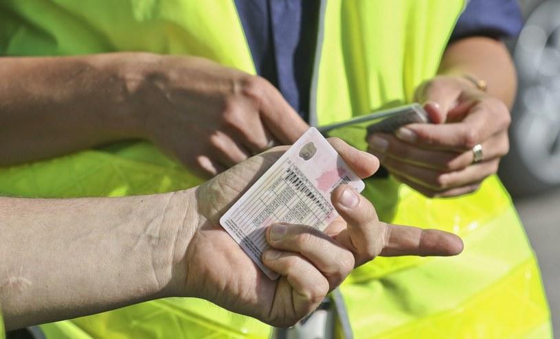 Zatrzymywanie prawa jazdy na trzy miesiące spotyka się z coraz silniejszą krytyką /PIOTR JEDZURA/REPORTER /Agencja SE/East News