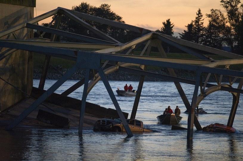 Zawalił się most na rzece Skagit na autostradzie I-5 z Seatle do Vancouver /PAP/EPA