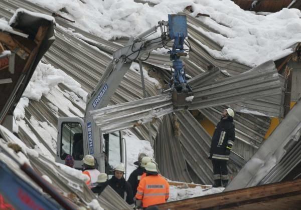 Zawalony dach lodowiska w Bad Reichenhall w Niemczech /AFP
