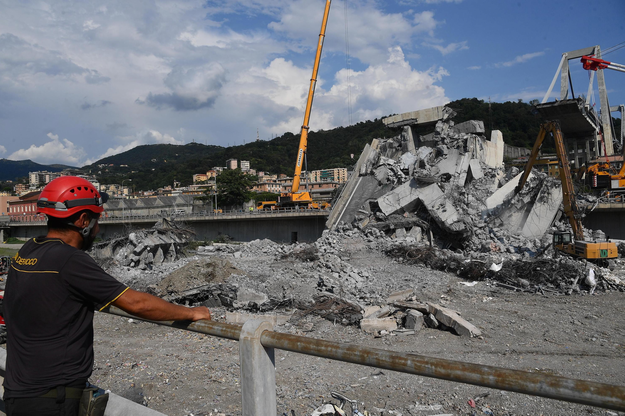 Zawalony wiadukt w Genui /LUCA ZENNARO /PAP/EPA