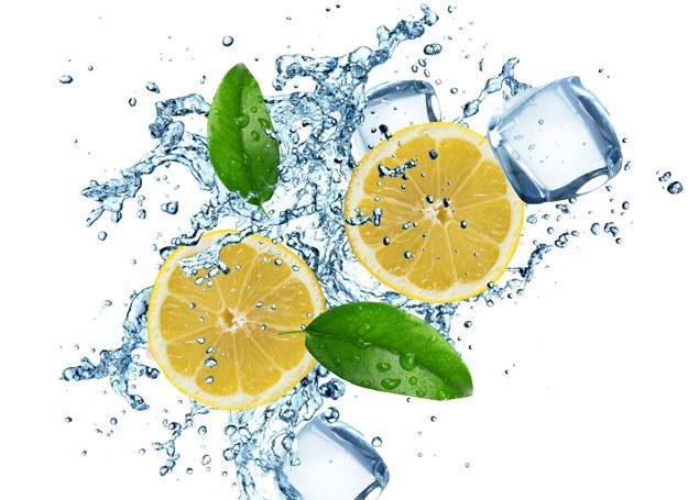 Zawarte w cytrynie kwasy owocowe mają działanie superoczyszczające /123RF/PICSEL