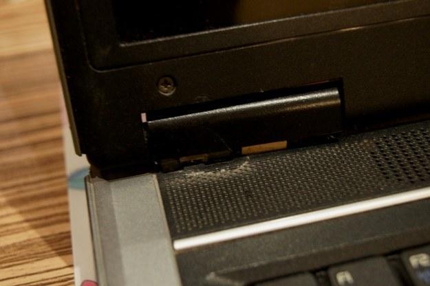 Zawiasy - jedna z najpopularniejszych wad używanych latptopów /INTERIA.PL