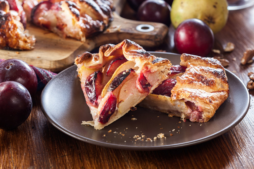 Zawijana tarta galette ze śliwkami /123RF/PICSEL