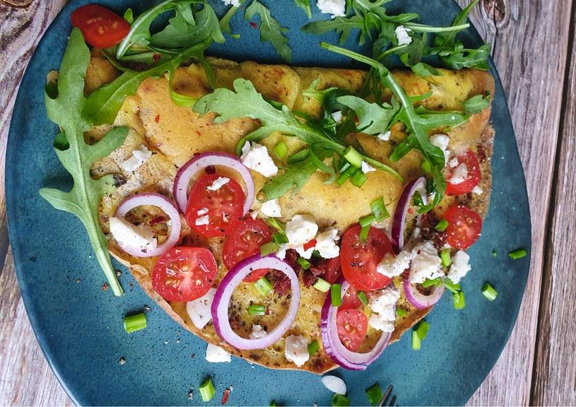 Zawijany omlet z fetą to pomysł na szybkie i pyszne śniadanie /materiały prasowe /materiały prasowe