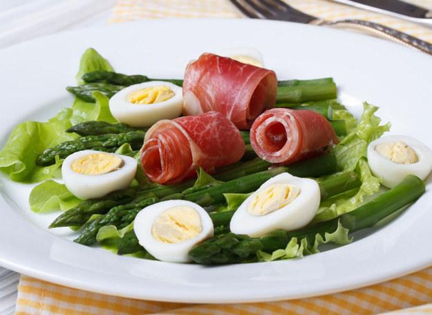Zawiń gotowane jajka w plasterki szynki. /123RF/PICSEL