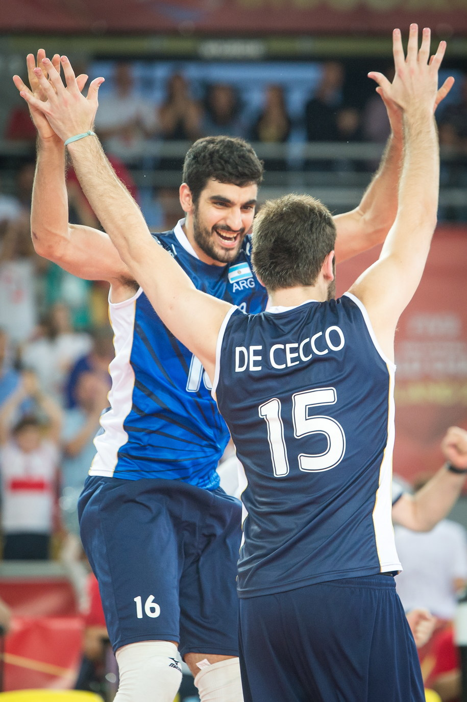 Zawodnicy Argentyny Martin Ramos i Luciano De Cecco cieszą się po wygranej 3-1 z drużyną Włoch /Tytus Żmijewski   (PAP) /PAP