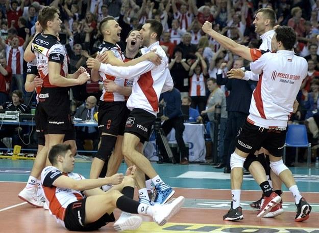 Zawodnicy Asseco Resovii Rzeszów cieszą się ze zwycięstwa /Darek Delmanowicz /PAP