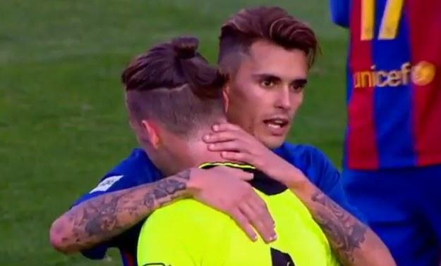 Zawodnicy Barcelony pocieszali załamanego po meczu piłkarza Eldense /Twittter /