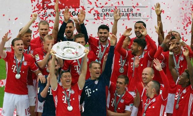 Zawodnicy Bayernu Monachium fetują zdobycie mistrzostwa Niemiec (trofeum trzyma Robert Lewandowski) /KARL-JOSEF-HILDENBRAND /PAP/EPA