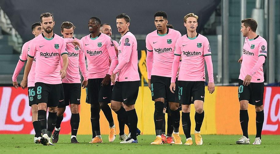 Zawodnicy FC Barcelony w trakcie meczu Ligi Mistrzów /ALESSANDRO DI MARCO  /PAP/EPA