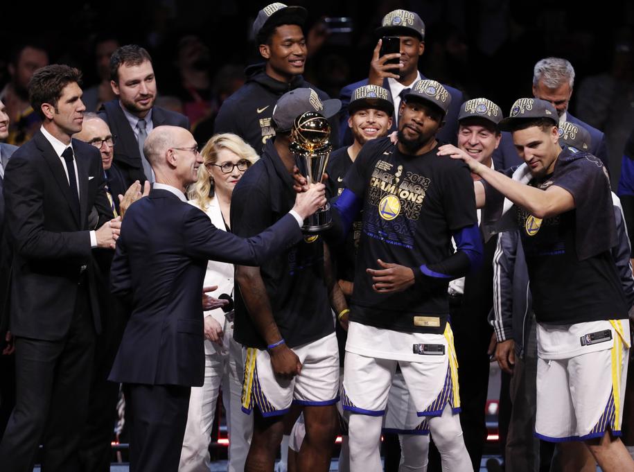 Zawodnicy Golden State Warriors cieszący się z mistrzostwa NBA /DAVID MAXWELL /PAP/EPA