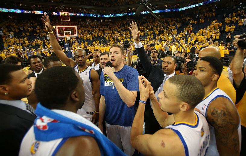 Zawodnicy i kibice Warriors celebrują awans do kolejnej rundy play off /AFP